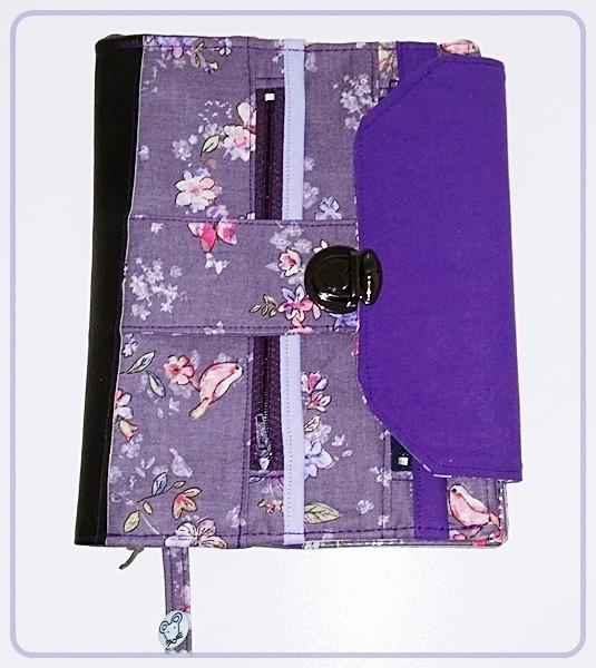 Kalenderhülle Schmetterlinge / Blüten in Lila und Schwarz