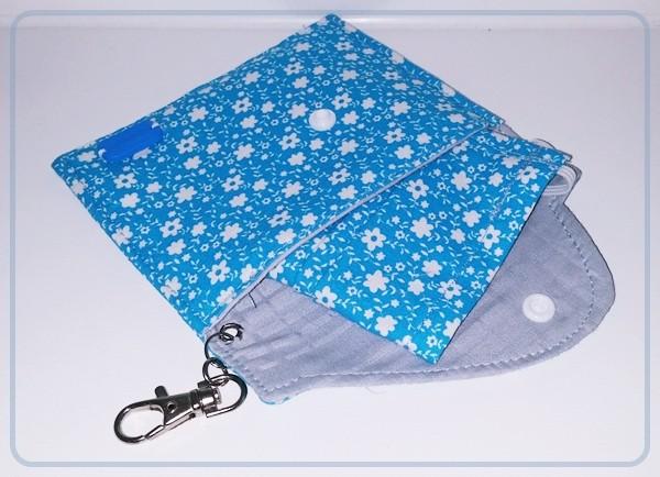 Gesichtsschutz mit Täschchen in Hellblau mit weißen Blümchen