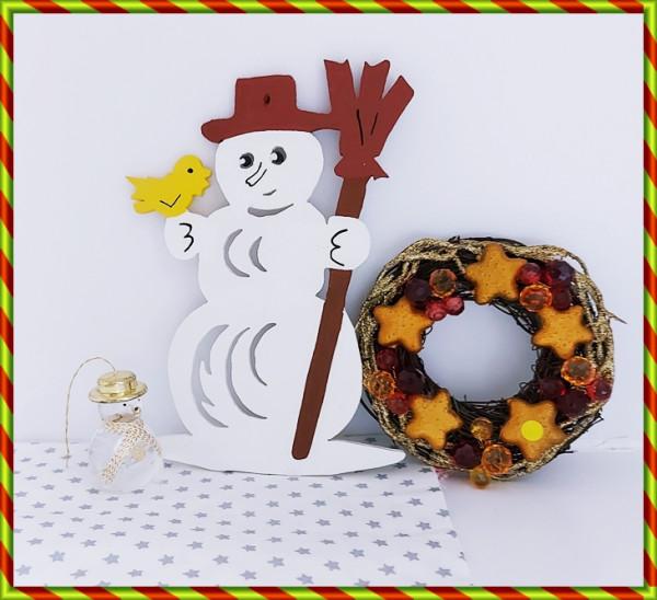 Großer Schneemann mit Besen und Vogel