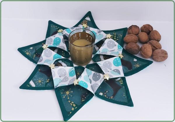 Weihnachtlicher grüner Tischkranz mit pastellfarbenen Kugeln