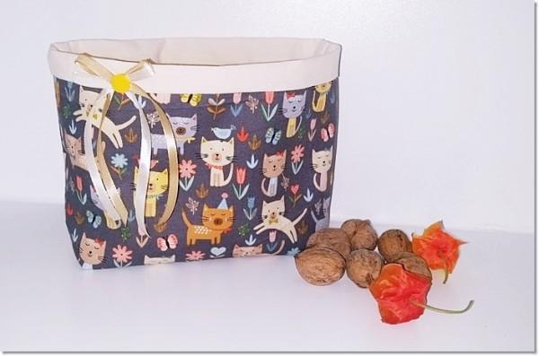 Utensilo Kätzchen mit Blumen auf braunem Hintergrund