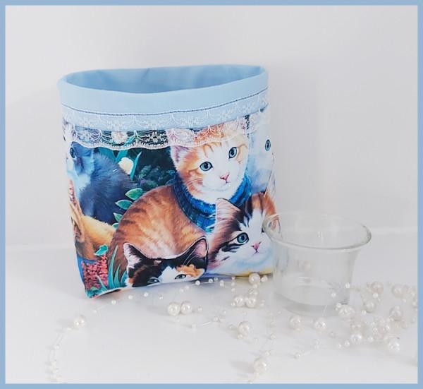 Hellblaues eckiges Utensilo mit Katzenmotiven