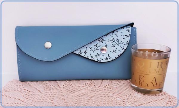Geldbörse blaues Kunstleder, hellblau mit Zweigen und Uni Schwarz
