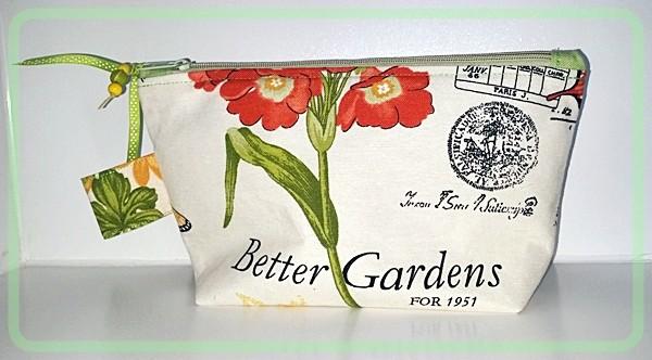 Kulturtasche mit Blumen und Vögeln in zarten Farben