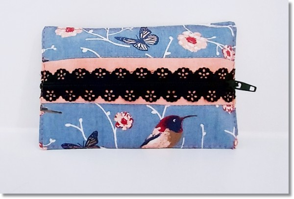 Taschentüchertasche in Graublau mit Vögel und Blüten mit schwarzem Spitzenreißverschluss
