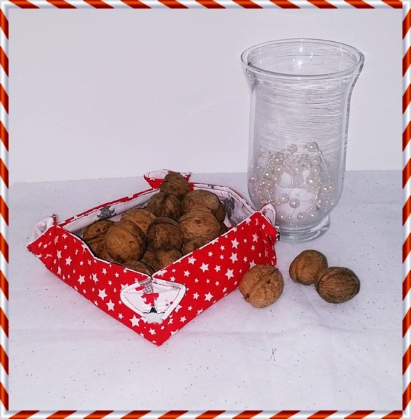 Kleine rote Stoffschale mit Weihnachtsbäumchen