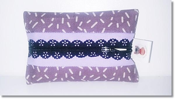 Taschentüchertasche in Flieder / Lila mit schwarzem Spitzenreißverschluss