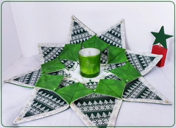 Großer Tischkranz mit weihnachtlichen Motiven in Grüntönen