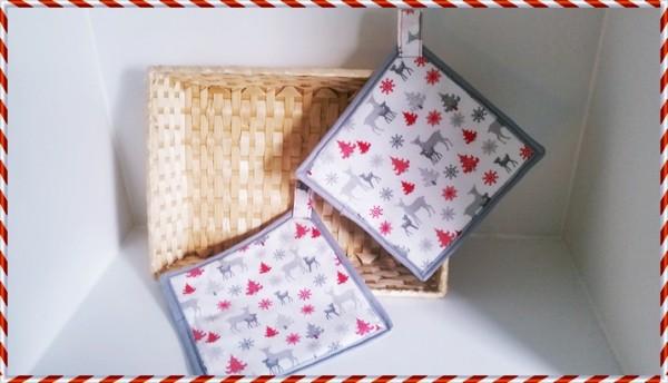 Weihnachtlicher Topflappen mit roten Bäumchen, Rehmama und Rehkitz